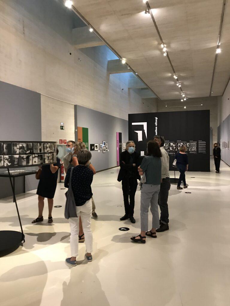 Goenaga durante la visita guiada a la exposición